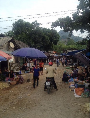 market on the way to pho rang